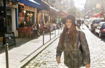 Paris, France, belle jeune femme marchant dans la ville — Photo de stock