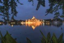 Vue Palais Karaweik au lac Kandawgyi Yangon, Myanmar — Photo de stock