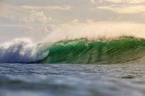 Tagsüber Blick auf grüne Ozeanwelle — Stockfoto