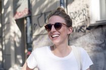 Женщина, носящая солнцезащитные очки — стоковое фото