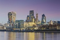 Vista di Londra skyline contro l'acqua di notte, Gran Bretagna — Foto stock