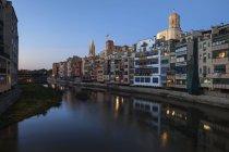 Spagna, Catalogna, Girona, serata nel centro storico della città - Barri Vell, case storiche sul lungomare del fiume Onyar — Foto stock