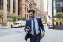 Uomo d'affari in fretta correre attraverso Manhattan — Foto stock