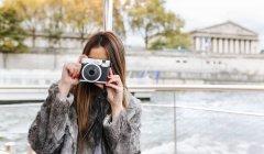 Parigi, Francia, donna turistica che scatta una foto sulla Senna — Foto stock