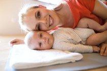Портрет счастливой матери с ребенком головы до головы на дому — стоковое фото