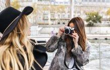 Париж, Франция, туристическая женщина фотографирует друга на берегу Сены — стоковое фото
