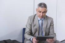 Бизнесмен, используя цифровой планшет — стоковое фото