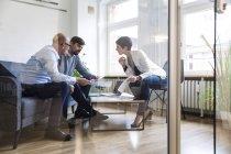 Team von Fachleuten, die gemeinsam im modernen Büro — Stockfoto
