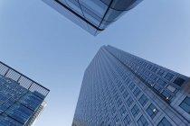 Vista di edifici di vetro moderno contro il cielo durante il giorno, Londra, Inghilterra — Foto stock