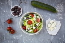 Bowl of zucchini spaghetti with feta — Stock Photo