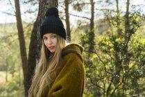 Donna in piedi nella natura — Foto stock