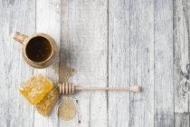 Favos de mel e dipper mel — Fotografia de Stock