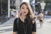 Retrato de jovem mulher asiática na rua — Fotografia de Stock