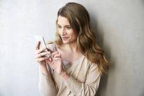 Porträt von lächelnden blonden Frau Textnachrichten — Stockfoto