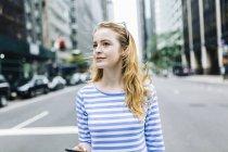 Donna bionda nella strada di Manhattan, New York, Stati Uniti — Foto stock
