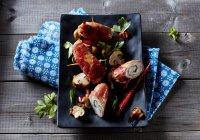 Плита из куриного филе с пармской ветчиной и овощами — стоковое фото