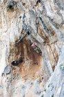 Retro ritratto di uomo che si arrampica sulla parete della roccia — Foto stock