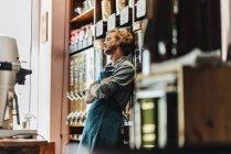Torrador de café cansado inclinado na loja — Fotografia de Stock