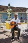 Musiker mit Gitarre in der Straße von Trinidad, Kuba — Stockfoto
