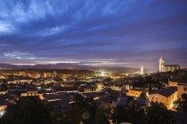 Spanien, Katalonien, Girona, Dämmerung Stadtbild — Stockfoto