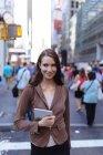 Joven empresaria con tablet digital. Ciudad de Nueva York. Estados Unidos - foto de stock