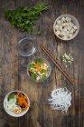 Sopa de macarrão de arroz asiático com legumes — Fotografia de Stock