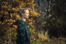 Seitenansicht der jungen blonden Frau im freien — Stockfoto