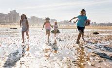 Группа детей, играя на пляже, Gijn, Астурия, Испания — стоковое фото