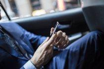 Бізнесмен користується смартфоном. — стокове фото