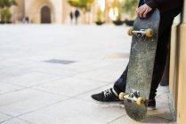 Garçon de patineur maintenant skateboard faible section — Photo de stock