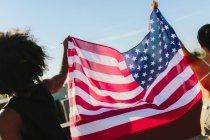 Porträt der jungen Frauen, die amerikanische Flagge — Stockfoto