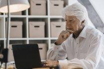 Портрет задумчивого бизнесмена с помощью ноутбука — стоковое фото