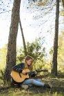 Tocando la guitarra mujer - foto de stock