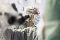 Обрезанное портрет операционная медсестра, глядя в сторону — стоковое фото