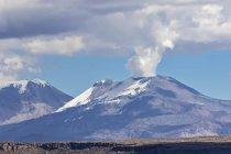 Перу, Анд, Patapampa перевал, мальовничий пейзаж з видом на вулкан Сабанкая — стокове фото