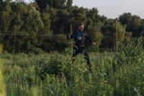 Retrato de empresário pulando em campo verde — Fotografia de Stock