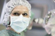 Портрет операційний зал медсестра дивлячись сторону — стокове фото