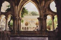 Франції Лангедок Нарбонна, Frontfroide абатство, хлопчик прослуховування аудіо гід — стокове фото