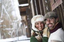 Porträt des glücklichen Paares tragen Wintermode — Stockfoto