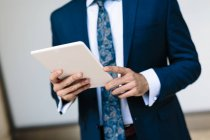 Бизнесмен с помощью цифрового планшета — стоковое фото