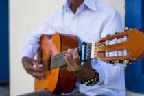 Musiker spielen Gitarre auf der Straße — Stockfoto