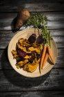 Солодкий картопля з моркву і буряк чіпси — стокове фото
