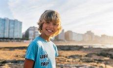 Портрет ребенка на пляже на закате, Гейн, Астурия, Испания — стоковое фото