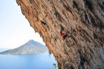 Портрет двух людей, восхождение на скале с видом на Эгейское море на фоне — стоковое фото