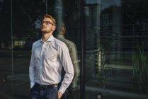 Portrait d'homme d'affaires, debout près de construction mur de verre — Photo de stock