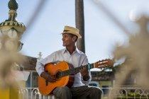Músico tocando la guitarra en la calle de Trinidad, Cuba - foto de stock