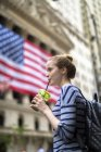 Retrato de mujer joven bebiendo batido verde - foto de stock