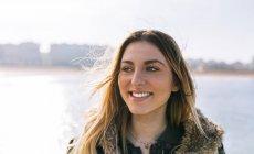 Gijn, Астурия, Испания, портрет красивой девушки зимой — стоковое фото