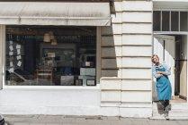 Kaffeeröster steht vor Geschäft auf der Straße — Stockfoto
