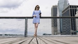 Blonde woman on the waterfront in downtown Manhattan, New York, USA — Stock Photo